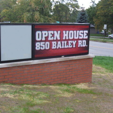 Electronic sign advertising an open house